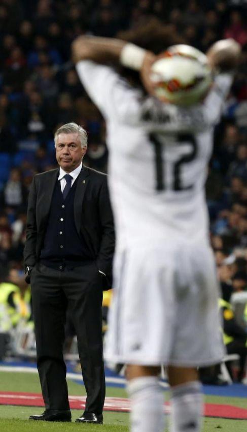 Ancelotti, tras Marcelo, en la zona técnica del Bernabéu.