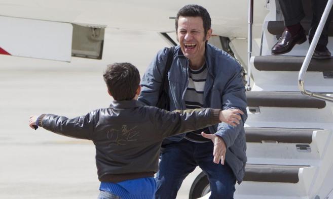 Javier Espinosa corre a abrazar a su hijo en la base áerea de...