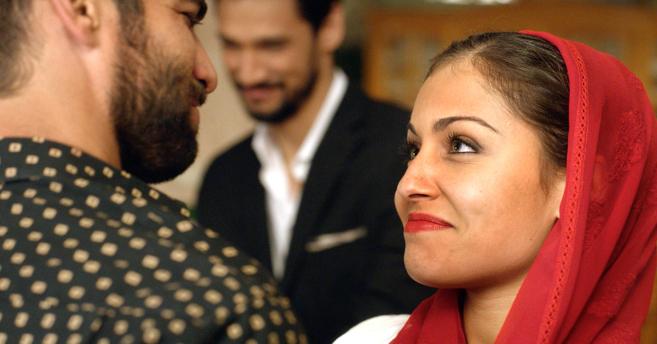 Hiba Abouk, 'Fátima' en la serie, sonríe a su hermano en...