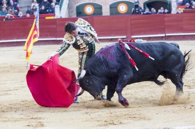 Derechazo de El Soro al primero de la tarde con la bandera de la...