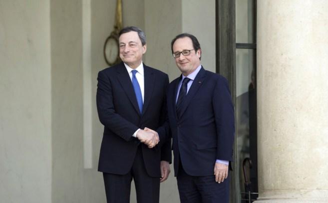 Mario Draghi, ayer, con el presidente francés, Francois Hollande.