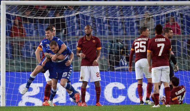 El defensa Lorenzo De Silvestri celebra su gol a la Roma.