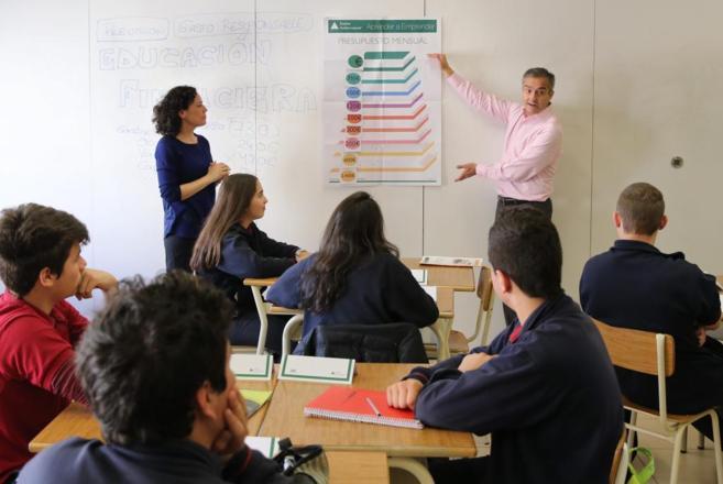 Varios alumnos acuden a una clase de educación financiera
