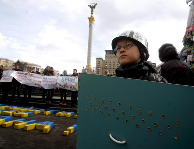 Un niño, durante una protesta en Kiev en apoyo de que Crimea...