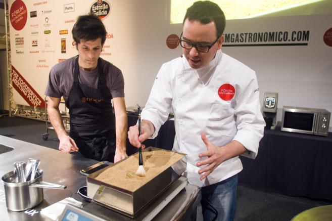 El cocinero cordobés Paco Morales muestra su horno de cocción en...