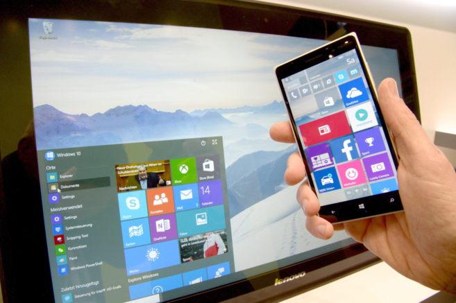 Una persona muestra el sistema operativo Windows 10 en la feria CeBIT...