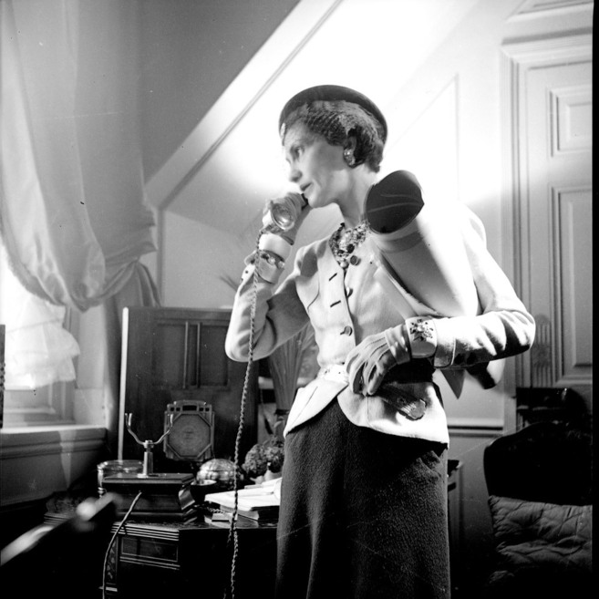 Coco Chanel en su apartamento del Hôtel Ritz en París. Fotografía...