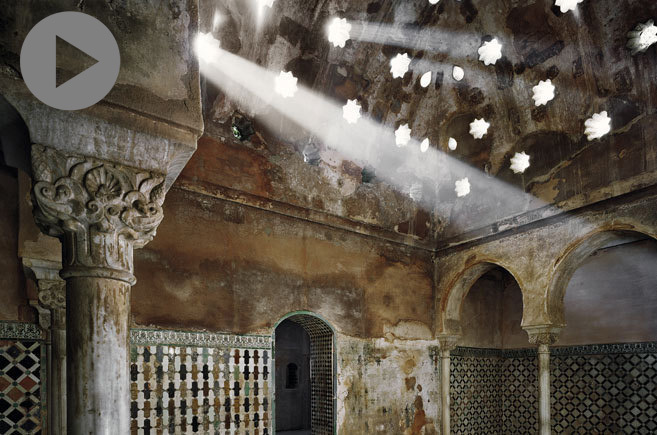 La luz se filtra por los lucernarios del baño Comares.