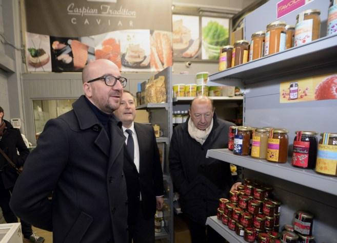 El primer ministro belga, visitando un mercado.