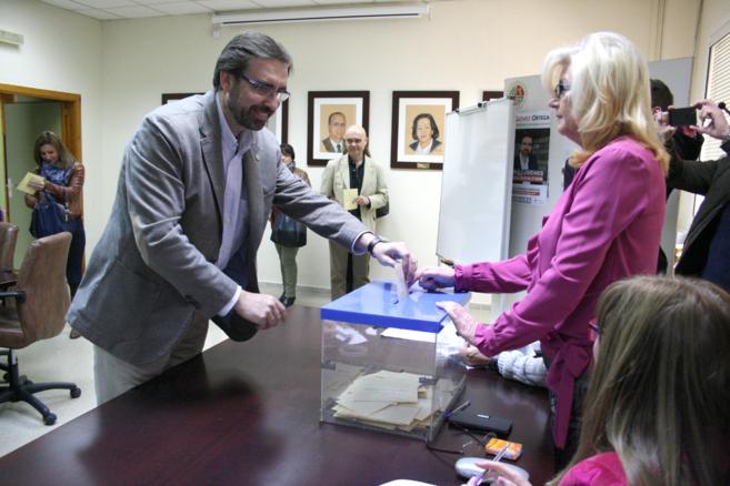 El nuevo rector, Gómez Ortega, en el momento de su votación.