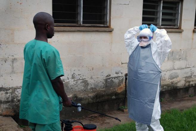Equipos de sanitarios trabajando en el oeste de Uganda.