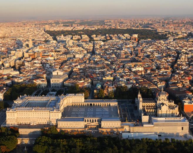 El Museo de Colecciones Reales es el edificio que aparece por debajo...