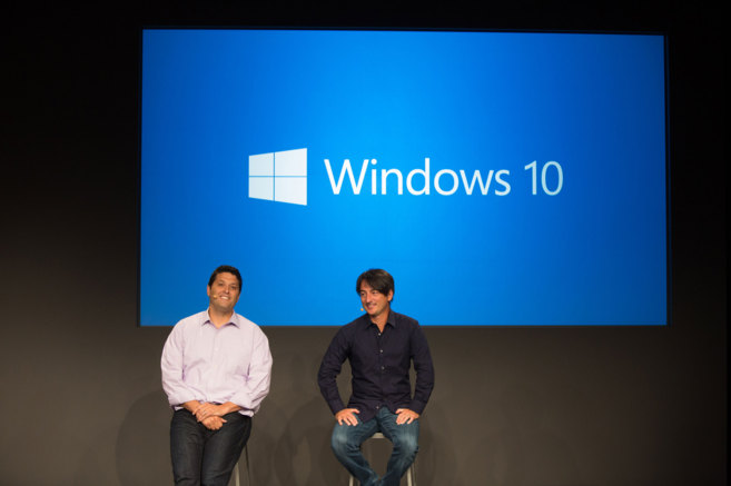 Terry Myerson y Joel Belfiore durante un evento sobre Windows 10.