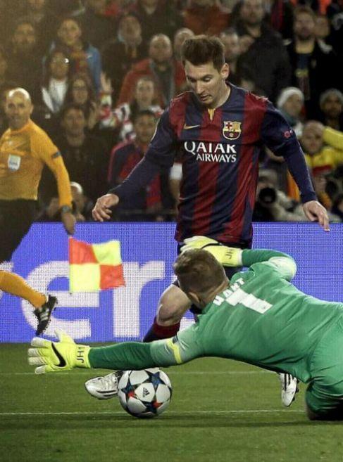 Messi intenta superar a Hart durante el encuentro.