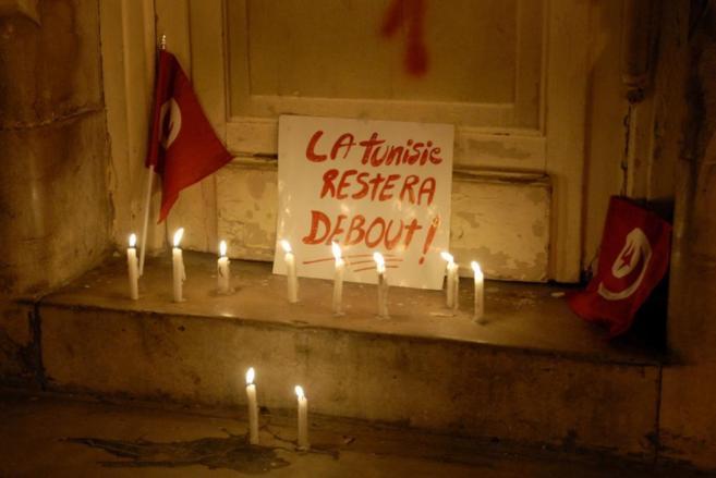 Cartel en el que se puede leer 'Túnez permanecerá de pie',...
