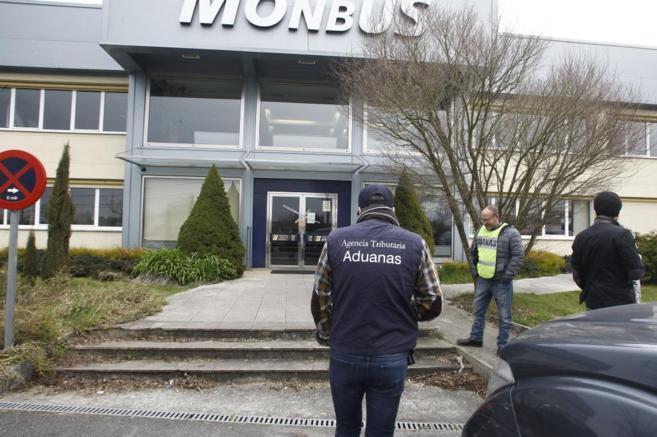 Agentes de Vigilancia Aduanera, durante el registro practicado en...