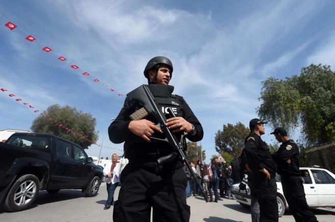 Miembros de las fuerzas de seguridad tunecina custodian la entrada del...