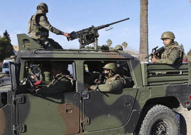 Miembros de los servicios de seguridad tunecinos.