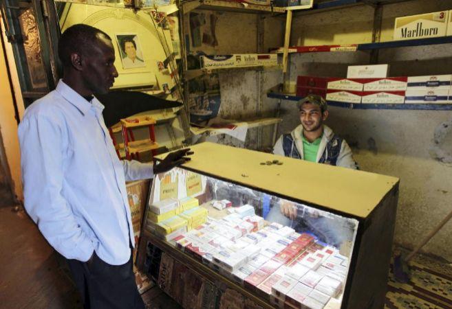 Puesto de tabaco en Trípoli, Libia, en el año 2011.
