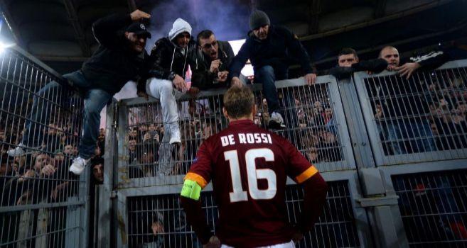 De Rossi hablando con seguidores de la Roma tras acabar el partido.