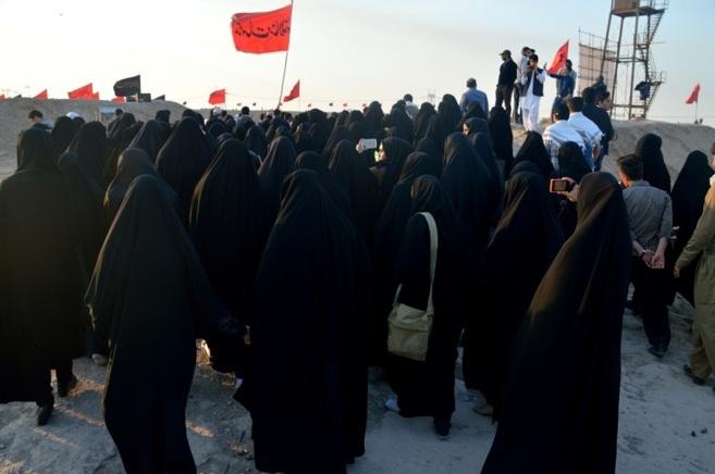 Mujeres iraníes se dirigen a la mezquita de la ciudad de Shalamcheh.