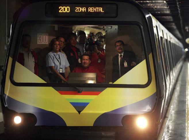 Hugo Chávez conduce un metro en la inauguración de una nueva línea...