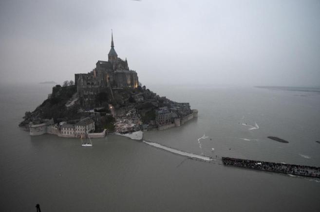 Vista aérea de Mont Saint-Michel, convertida en isla durante la...