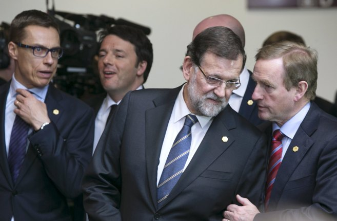 Rajoy escucha al primer ministro irlandés, Enda Kenny, en presencia...
