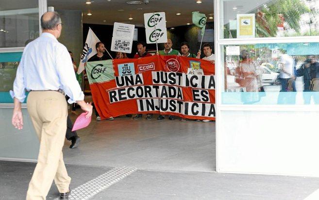 Funcionarios protestan por los recortes en el acceso a la sede de los...