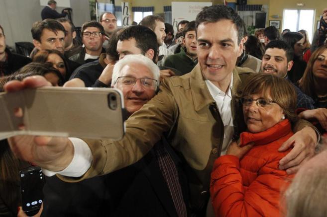 Pedro Sánchez se fotografía con simpatizantes en el acto de Puebla...