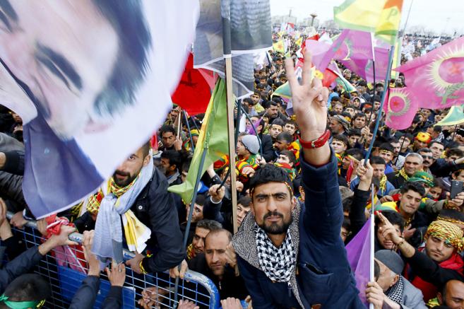 Miles de kurdos celebran el Año Nuevo en la ciudad de Diyarbakir.