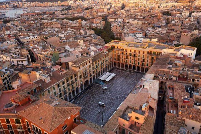 Vista general de la plaza Mayor de Palma, del <a...