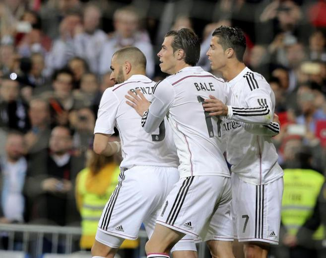 Cristiano, Bale y Benzema, durante un partido en el Bernabéu.
