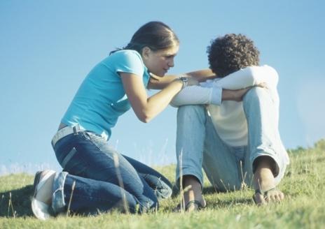 Una joven consuela a otro joven