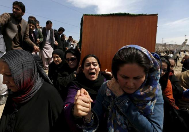 Mujeres afganas portan el féretro de Farjonda, que falleció el...