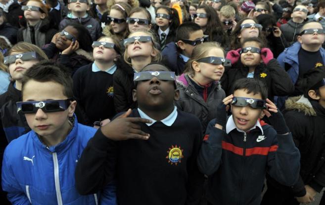 Un grupo de niños, disfrutando del eclipse el pasado viernes.