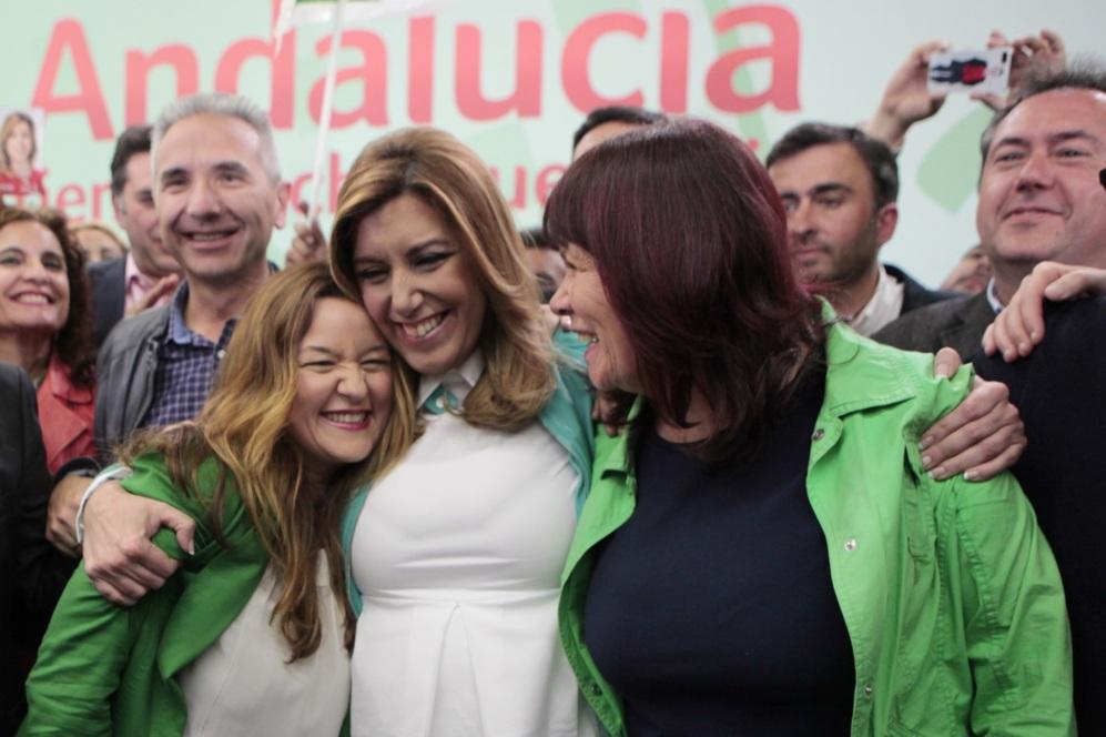 Susana Díaz abraza a las dirigentes socialistas Verónica Pérez y...