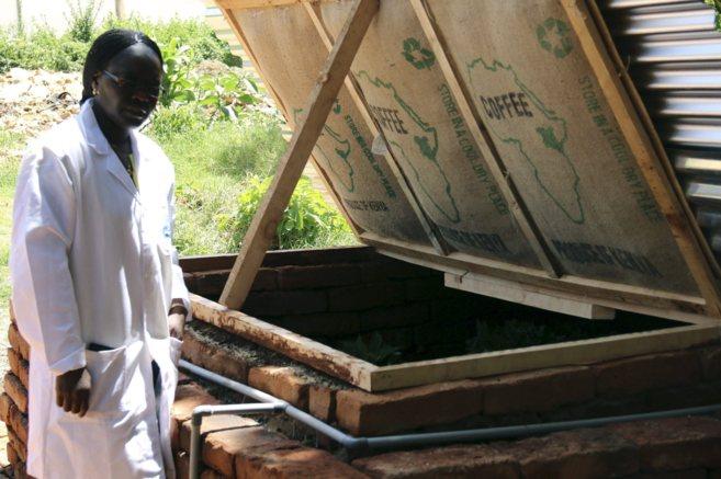 La científica keniana Jane Ambuko muestra una pequeña cámara de...