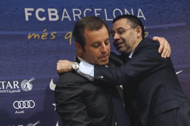 Josep María Bartomeu abraza a Sandro Rosell.
