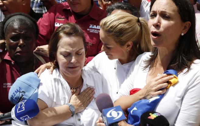 La mujer de Leopoldo López abraza a la de Antonio Ledezma, durante...