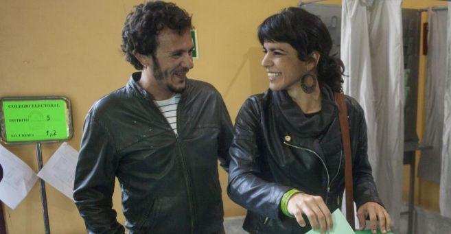 Teresa Rodríguez deposita su voto, ante la atenta mirada de su novio.