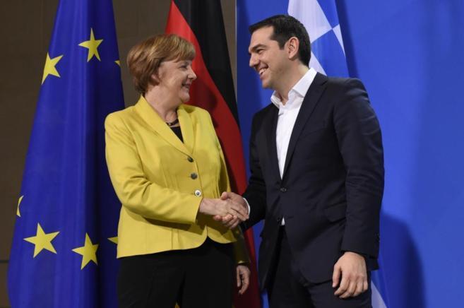 La canciller alemana, Angela Merkel, junto al primer ministro griego,...