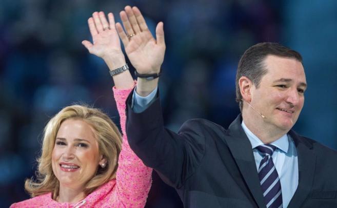 El senador Ted Cruz saluda junto a su mujer en Virginia.