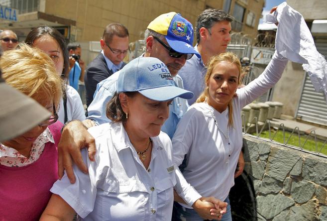 Lilian Tintori (dcha.) y Mitzy Ledezma, esposas de los opositores...