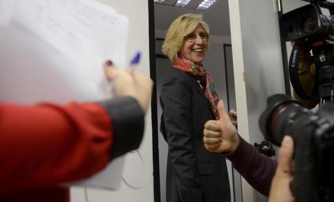 Rosa Díez abandona ayer sonriente la rueda de prensa que dio en...