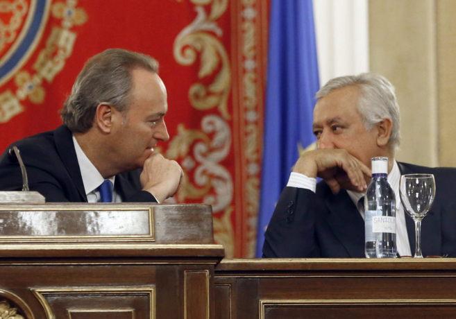 Alberto Fabra conversa con Javier Arenas en la reunión del Grupo...