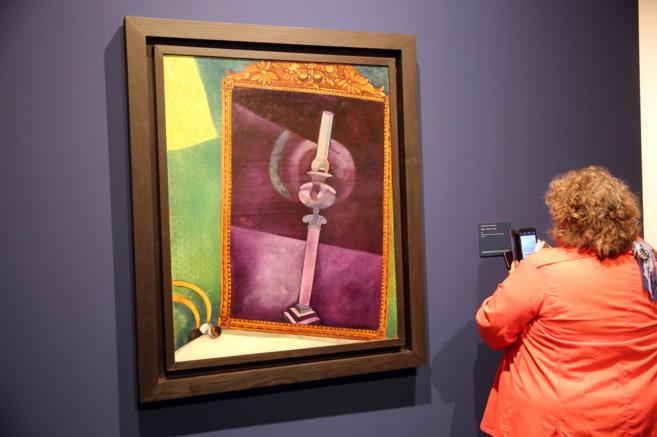 Una mujer admira 'Espejo' de Marc Chagall. FOTOS: ANTONIO...