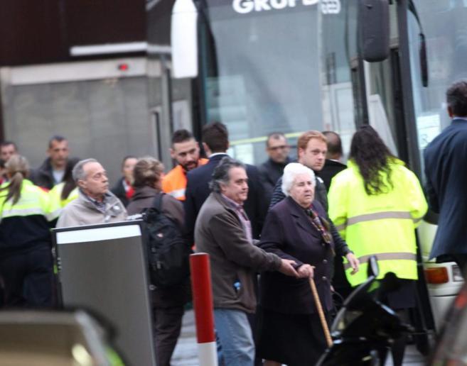 Familiares de las víctimas, conducidos de El Prat a los hoteles donde...