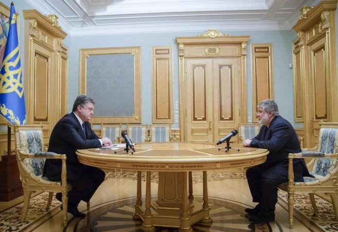 El presidente ucraniano, Petro Poroshenko (izda.), en una reunión con...