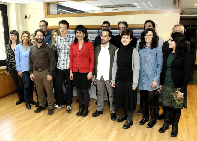 Teresa Rodríguez, con sus diputados y el dirigente de Podemos Íñigo...